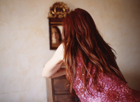Redhaired woman, rear view - PE00123