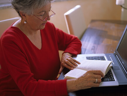 Senior woman readin, portrait - DK00075