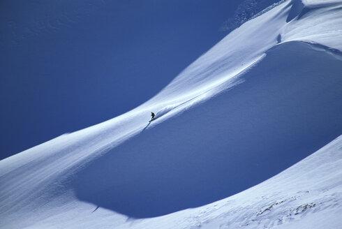 Austria, Tyrol, Wetterstein, lonely Snowboarder - 00041FF