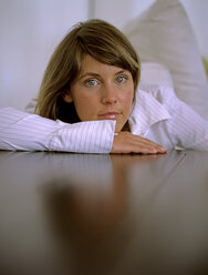 Woman leaning on table, close up - DK00043
