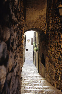Narrow staircase to street, El Call, Jewish Quarter, Girona, Costa Brava, Catalonia, Spain - MS01200