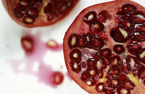 Pomegranate, cross-section, close-up - 00648AS