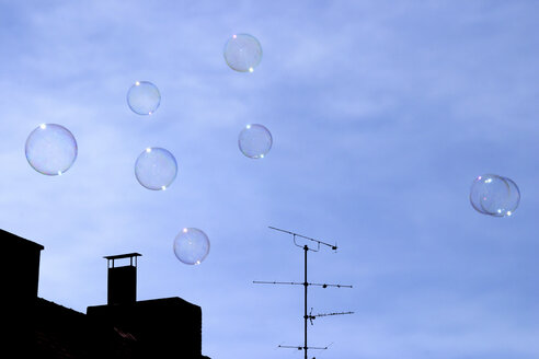 Bubbles floating in sky - 00056MN