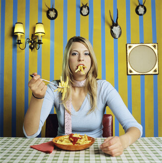 Young woman eating french fries - JLF00067