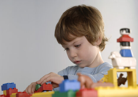 Boy playing with LEGO bricks - CRF00844