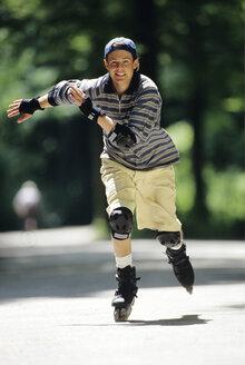 Teenage boy (16-17) inline skating - MR00609