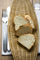 Slices of bread on tray at table, elevated view - HOEF00031