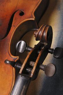 Detail of old violin, close-up - 00020LR-U