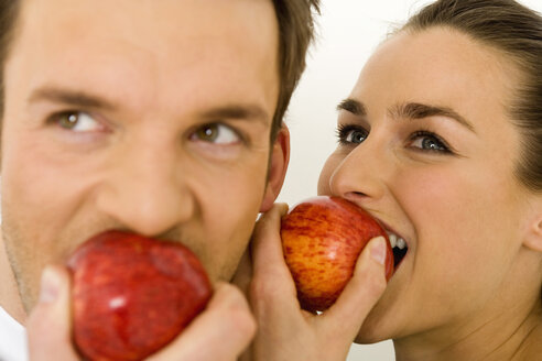 Young couple eating apple, close-up - WESTF00500