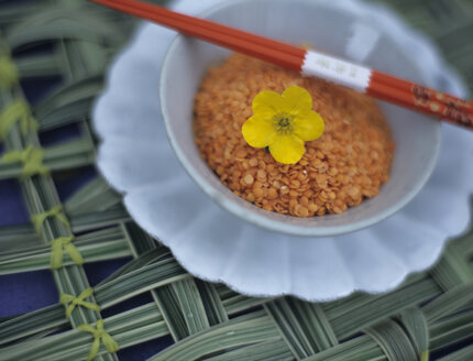 Red lentis in bowl with chopsticks - HOEF00085