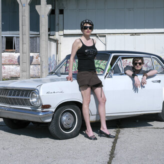 Couple with oldtimer - JL00110