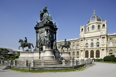 Austria, Vienna,  Maria Theresia monument with  Naturhistorisches Museum in background - WW00083