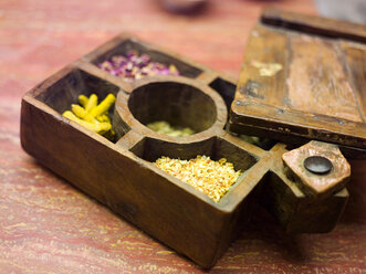 Compartmented wooden box with various herbs, close-up - WESTF00937