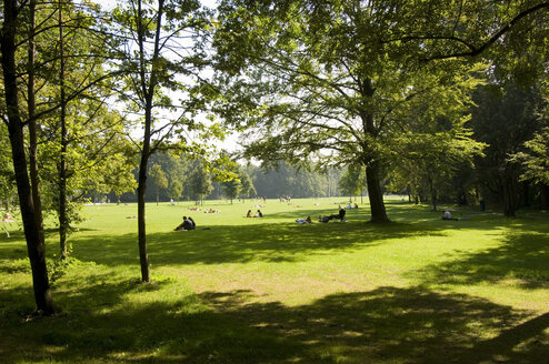 Germany, Bavaria, Munich, Schwabing, people in park - MBF00565