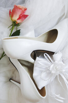Bridal shoes with rose and ribbon, close-up - 00051LR-U