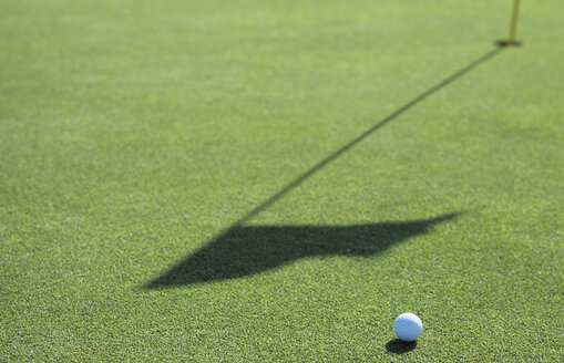 Golf ball on golf course, close-up - UKF00064