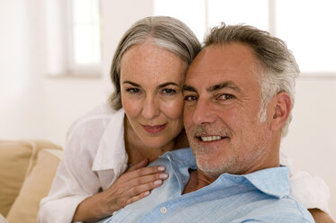 Mature couple in living room, close-up, portrait - WESTF01868