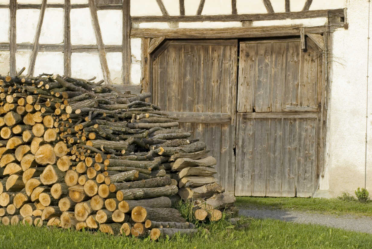 Stack of firewood in front of half-timbered house - SHF00096 - Holger Spiering/Westend61