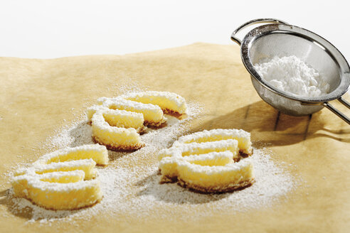 Cookies formed as euro signes on baking paper, close-up - 05220CS-U