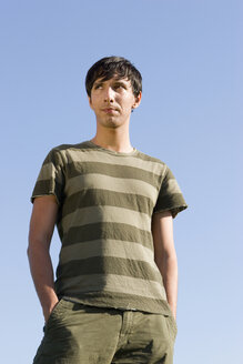 Young man, hands in pocket - LDF00229