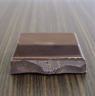 Single piece of chocolate, close-up - COF00097