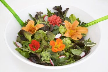 Fresh salad with edible flowers, close-up - GWF00396