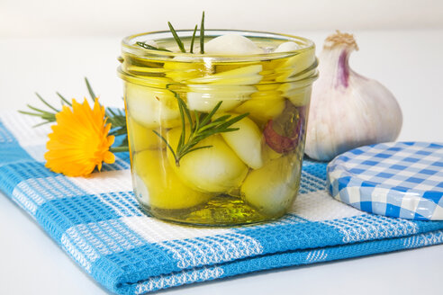 Homemade pickled garlic, close-up - GWF00363