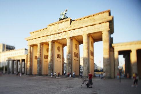 Germany, Berlin, Brandenburger Tor - CHKF00165