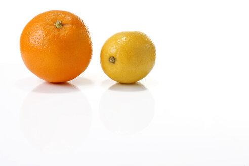 Orange and lemon, close-up - MAEF00284