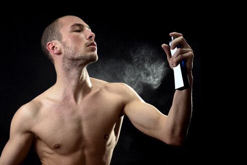 Man spraying fragrance - MAEF00182