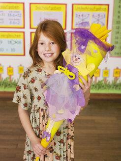 Girl holding schoolcone - WESTF04454