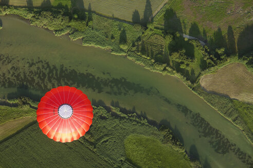 Balloon trip over green landscapes - GNF00922