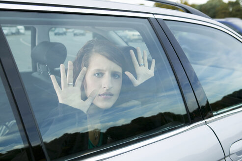 Young woman sitting in car - KMF00848