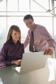 Businesspeople using a laptop, teamwork - WESTF05493