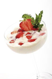 Strawberry cream in bowl, close-up - 06771CS-U