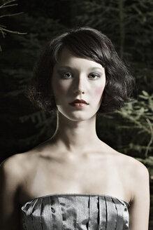 Portrait of a brunette woman - DW00114
