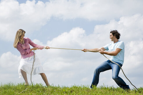 Couple pulling rope, close-up - LDF00527