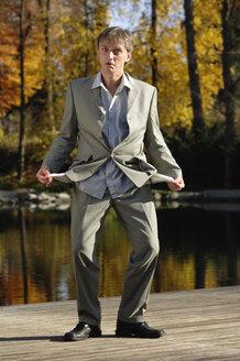 Businessman with empty pockets, portrait - CRF01379