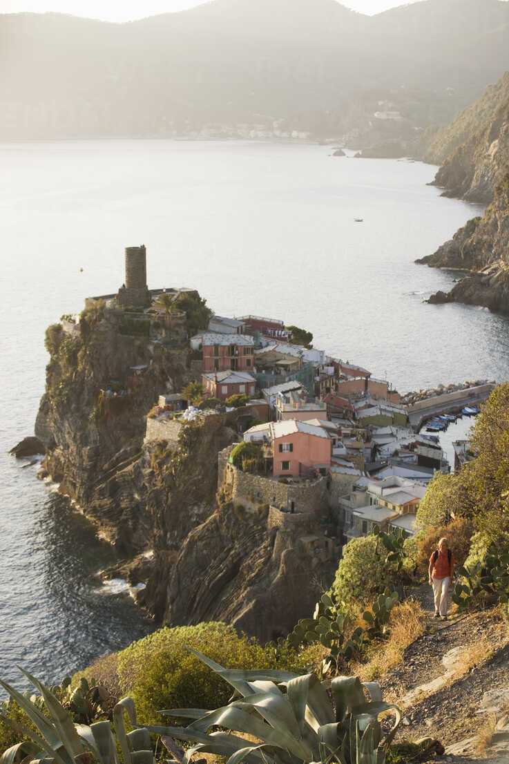 Italy, Liguria, Vernazza, Woman hiking - MRF01053 - Michael Reusse/Westend61