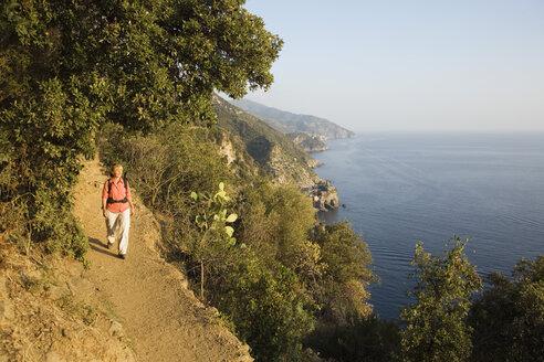 Italy, Liguria, Vernazza, Hiker - MRF01020