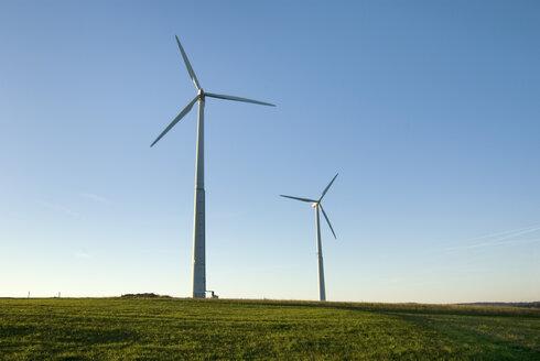 Germany, Rhoen, Wind wheels in field - MUF00073