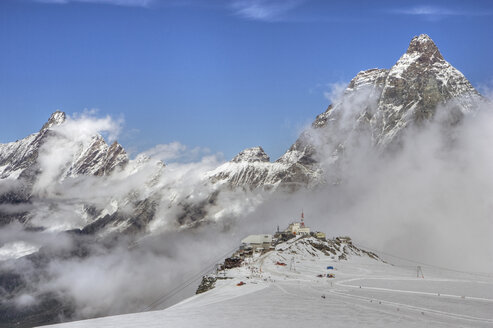 Italy, Cervinia, Matterhorn with snow and fog - FFF00838