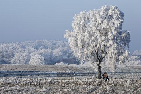 Germany, Lower Saxony, Vahrendorf, winter scenery, people standing - SEF00028