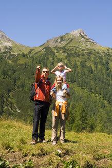Austria, Salzburger Land, couple with daughter (6-7) - HHF01913