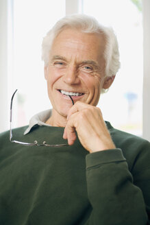 Senior man, smiling, portrait - HKF00176