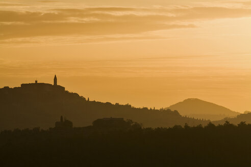 Italy, Tuscany, Morning mist near Pienza - FOF00584