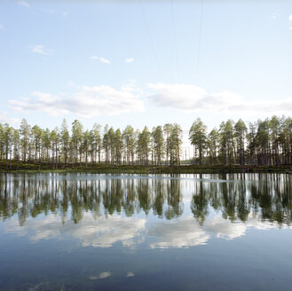 Finland, Hossa National Park, reflections in lake - PM00519