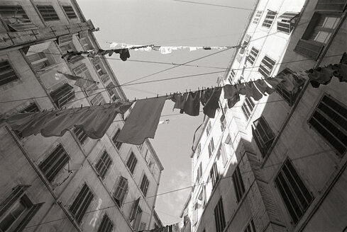 France, Marseille, backyard, washings on the line - TH00682