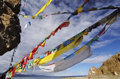 China, Namtso Lake, Prayer flags - MB00779