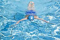 Woman swimming in pool - GWF00645